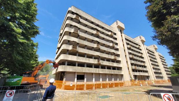 Bruzzano, al via l'abbattimento dell'ex Hotel da Vinci